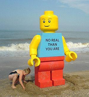 LEGOpop spoelt aan op het strand